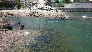 蓬莱岩で海水浴