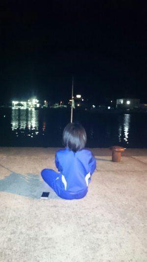 新和歌浦漁港で夜釣り中の娘