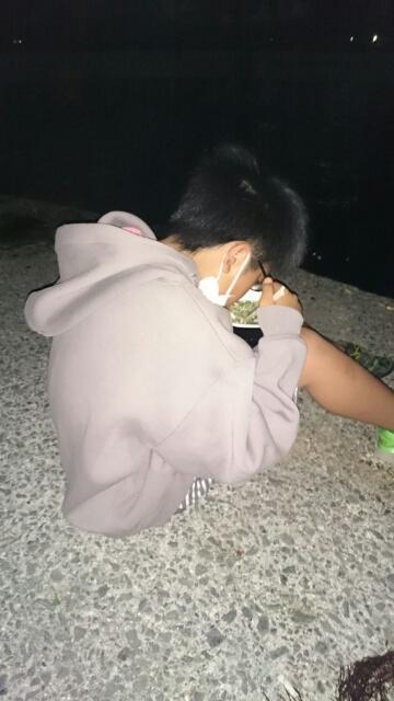 屋台ラーメンを食べる息子